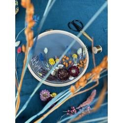 Broderie de fleurs séchées sur tulle