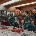 Et voilà on est définitivement rentré dans la période de l'Avent ! L'atelier de couronnes de Noël de @eleonore___m d'hier en canopée a soufflé comme un air de jingle bells, de bonnes odeurs de chocolat chaud et de sapin frais mais surtout donné l'envie de mettre des décorations de Noël partout ! Bravo à toutes les participantes et merci Eléonore de nous partager ton amour de cette période magique ❤🎄🎇 . . . Eléonore reviendra pour 3 ateliers sur la saison de janvier à juillet (pour 2 couronnes et 1 cloche grand format). Les inscriptions sont déjà ouvertes sur notre site www.leffetcanopee.com 🤗