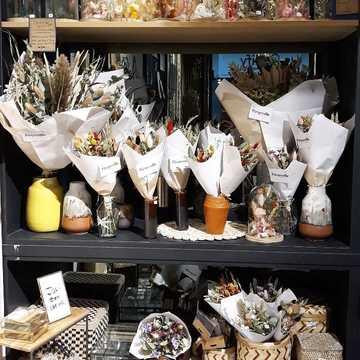 Douce soirée 🌠💛 . . . Bouquets, couronnes et cloches de fleurs séchées par @pimpantes.atelierfleuriste disponibles dans nos 2 boutiques