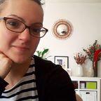 Mode lunettes activé depuis mon bureau, mes petits trésors derrière et notamment ce miroir soleil bombé si précieux qui vient de chez mes grands-parents des Ardennes ❤. Il est passé par le salon de thé les premières années de L'effet canopée, il est maintenant auprès de moi à l'appart et me rappelle plein de beaux souvenirs de moments passés dans la chambre où il était accroché 🌠 Et vous, vous avez des objets rassurants qui viennent de votre histoire familiale dans vos petits chez vous ?