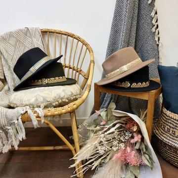 L'automne est bien là ! Et les chapeaux en feutre de laine @maradji.collections aussi ! Venez les essayer dans nos boutiques ! Ils sont sinon aussi disponibles sur notre eshop !
