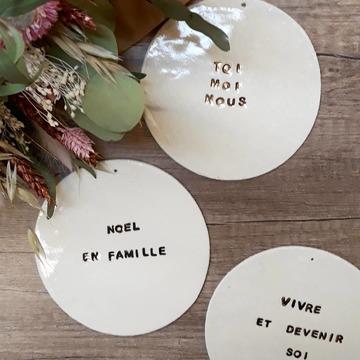 Et voilà la dernière partie de notre collab de fin d'année avec notre céramiste lyonnaise adorée @picotti_picotta qui marque la dernière ligne droite avant Noël ! Ce sont des plaquettes murales décoratives en porcelaine émaillée et aux mots réhaussés à l'or pur. Trois messages qui vous ont déjà plu sous cette forme ou une autre : TOI MOI NOUS, NOEL EN FAMILLE et VIVRE ET DEVENIR SOI. On aime la brillance de l'email et de l'or, leur côté irrégulier qui les rend unique, leur message tatoué sur la porcelaine pour un rendu si précieux ! J'en profite pour vous remercier pour l'accueil que vous réservez à chaque fois à ces petites séries et l'amour que vous avez pour ces pièces pleines de sensibilité, ça nous touche beaucoup 💛. Et merci aussi à Sarah qui nous trouve toujours un créneau pour leur fabrication dans son planning déjà très chargé surtout en fin d'année quitte à y passer ses soirées. Merci pour ton sourire, ta fidélité à ses jolis rdvs et bravo pour ton savoir-faire et ta créativité ❤🌠 . . . Pieces disponibles dans les 2 boutiques et sur notre eshop