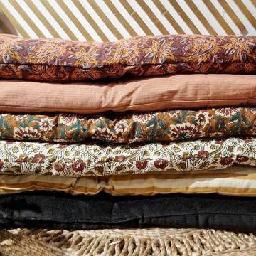 Nouvelle semaine dans nos boutiques ! Je vous envoie du cosy avec ces matelas d'appoint @madamstoltz ! Ils existent en 2 tailles (60x100cm et 70x180cm), peuvent se déplacer facilement grâce à leurs poignées, s'empilent pour plus de confort mais se suffisent à eux-mêmes sur une banquette en rotin par exemple, ou même au sol en petit tapis de jeu pour les bouts de chou ! Bref 1 matelas, des tas de possibilités ! Vous les retrouvez dans nos 2 boutiques avec un peu plus de choix dans le 2ème 😉. N'hésitez pas à m'écrire si besoin ! Belle journée à tous ❤