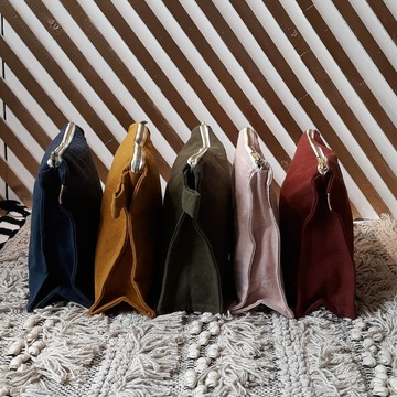 Laquelle choisirez-vous ? Ces trousses en toile de coton très épais sont doublées d'un tissu enduit. Parfait pour en faire une trousse de toilettes ou y glisser son maillot de bain mouillé après la plage ! Ces trousses font partie de la collection de la toute jeune marque de la lyonnaise Elsa @lespensionnaires et sont fabriquées avec soin au Portugal.  Elles sont disponibles au Bruit du bonheur et sur notre eshop !