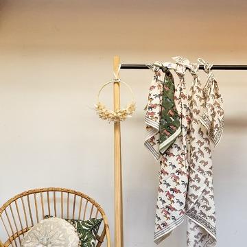 Les foulards @apaches_collections que vous aimez tant pour les grands/es et les petits/es déclinées dans leurs imprimés et coloris de l'été ! Ils se portent autour du cou, sur la tête, en bandeau, en petit ou en grand format ! À vous de jouer ! . . . Dispos sans nos 2 boutiques et sur notre eshop 👌